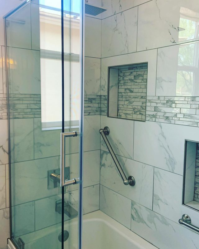 Happy Tuesday! Here are some pictures of a completed Jack and Jill bathroom remodel!! ✅ tile extended to the back wall gives such a great touch! So modern!   #bathroomdesign #bathroomremodel  #tucson  #az #residentialdesign #residentialconstruction #homeremodel #familyowned #localbusiness #generalcontractor #dreamteam #dreamhome